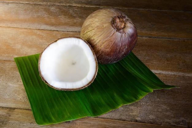 Noci di cocco fresche sulla foglia di banana