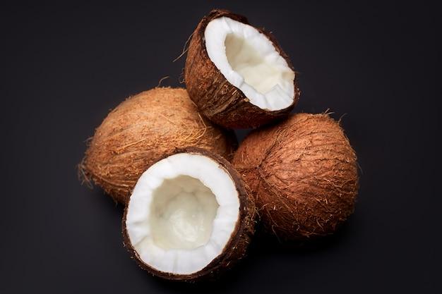 Noci di cocco isolate sul nero