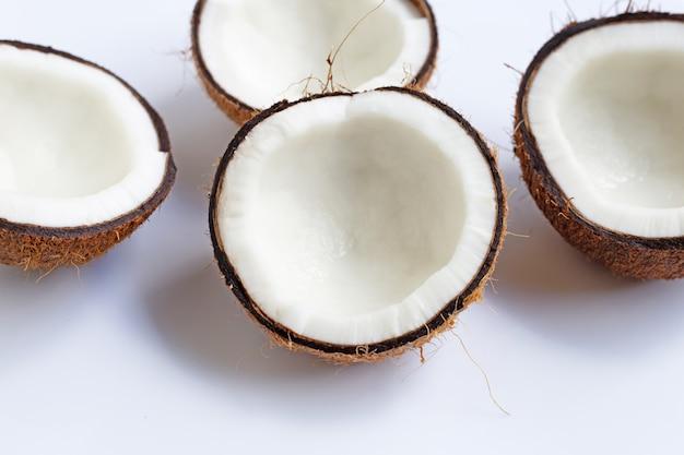 Noci di cocco mature su bianco. vista dall'alto di frutta tropicale.