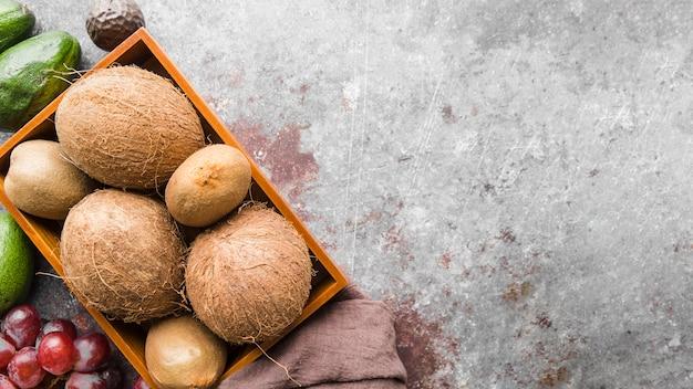 Noci di cocco organiche vista dall'alto con spazio di copia