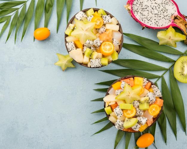 Noci di cocco riempite con macedonia di frutta vista dall'alto