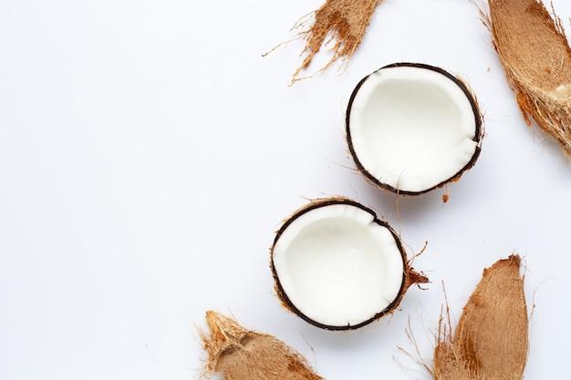 Noci di cocco su sfondo bianco.