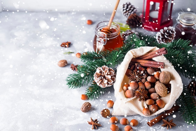 Noci e spezie festive di natale che cadono da un sacchetto di tela da imballaggio