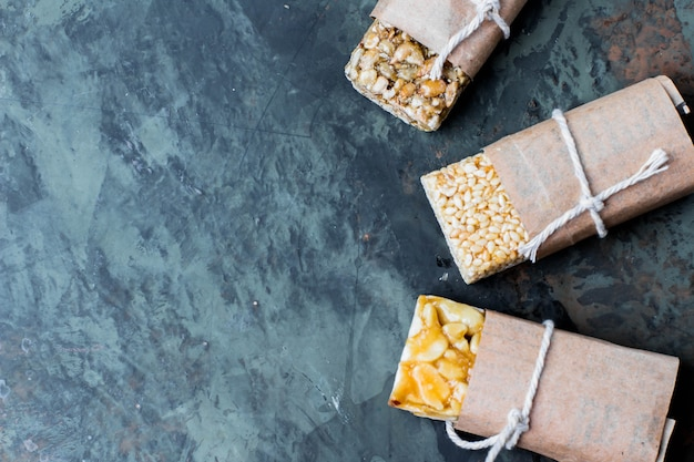 Noci in caramello, miele sul fondo della tavola di pietra verde