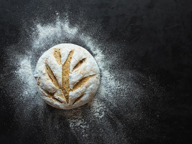 Non impastare il pane su una superficie nera. vista dall'alto