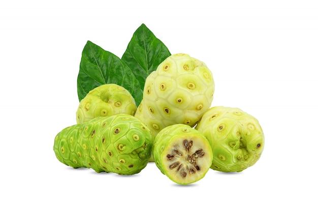 Noni o morinda citrifolia e frutti con la metà affettata e foglia verde isolata su fondo bianco.