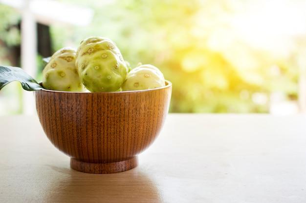 Noni o morinda citrifolia, grande morinda, gelso indiano, gelso di spiaggia o frutta di formaggio su tavola di legno