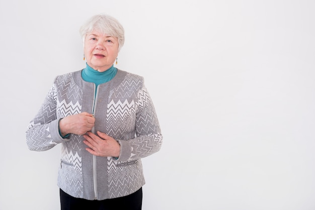 Nonna anziana in posa