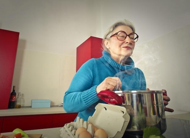 Nonna che cucina cibo delizioso