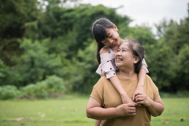 Nonna che gioca con la nipote all'aperto al parco