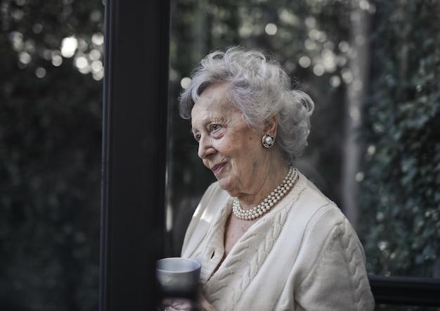 Nonna con una tazza di tè
