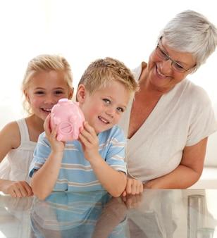 Nonna e bambini risparmiando denaro