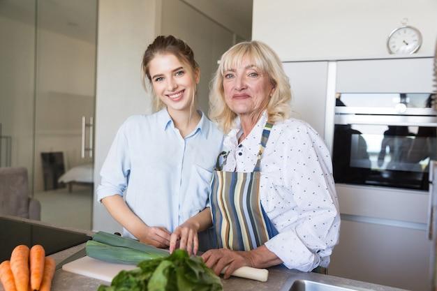 Nonna e nipote che producono insieme alimento sano