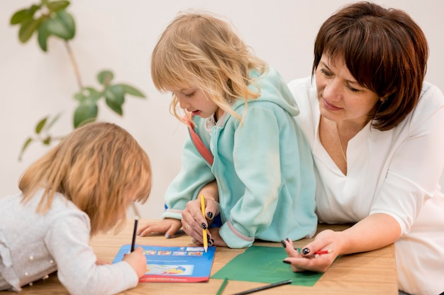 Nonna e nipoti che giocano insieme