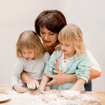 Nonna e nipoti di cucina