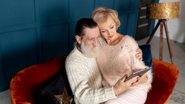 Nonna e nonno trascorrono del tempo insieme a casa