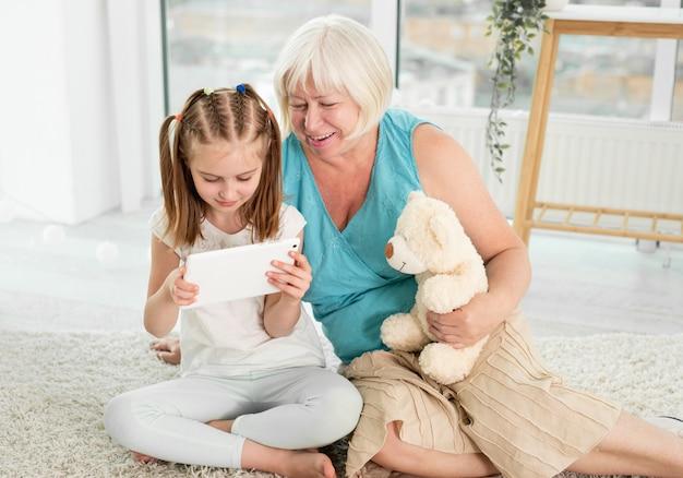 Nonna felice con la nipote che per mezzo della compressa