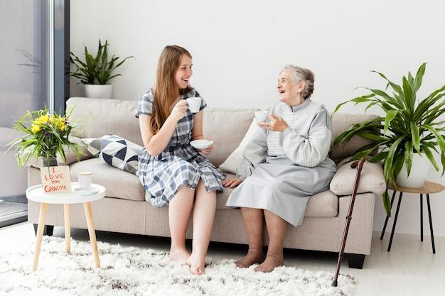 Nonna felice di trascorrere del tempo con la famiglia