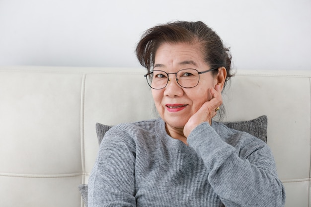 Nonna senior asiatica nel fronte felice di stile di vita del salone