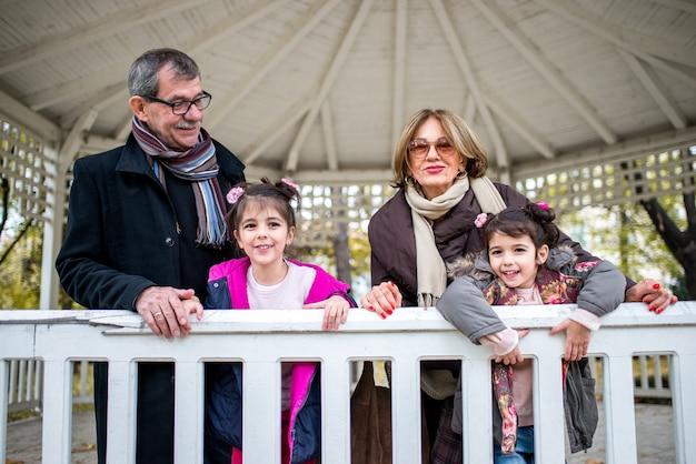 Nonni con le loro nipoti nel parco
