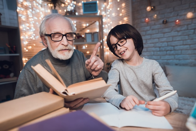 Nonno che aiuta il nipote a fare i compiti