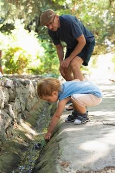 Nonno che si occupa del nipote mentre gioca