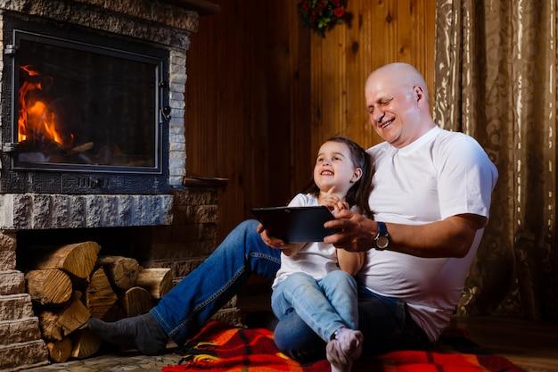 Nonno e nipote giocando