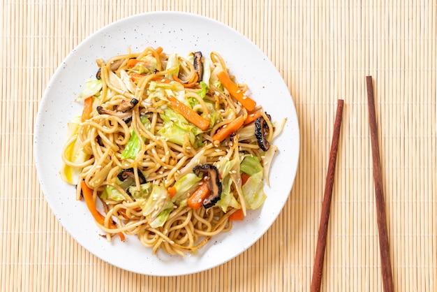Noodle di yakisoba saltati in padella con verdure