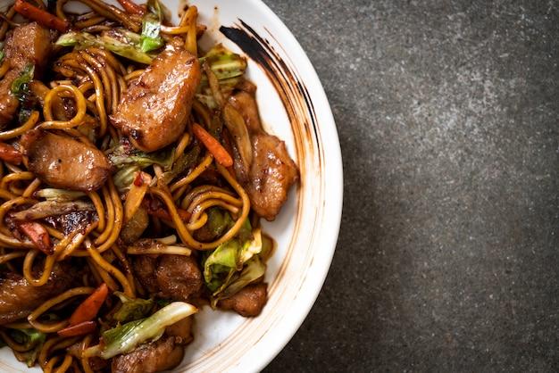 Noodle saltati in padella yakisoba con carne di maiale