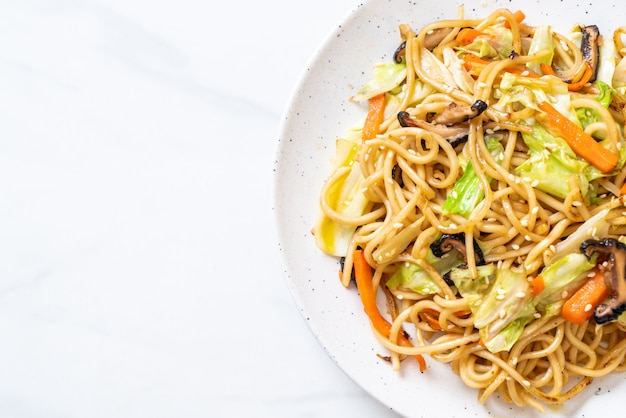 Noodle saltati in padella yakisoba con verdure