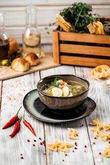Noodles classici fatti in casa con uova di quaglia