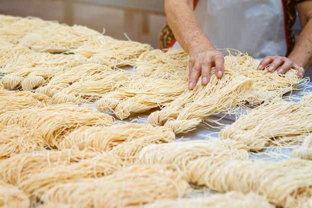 Noodles gialli o mee sua che asciugano alla luce del sole