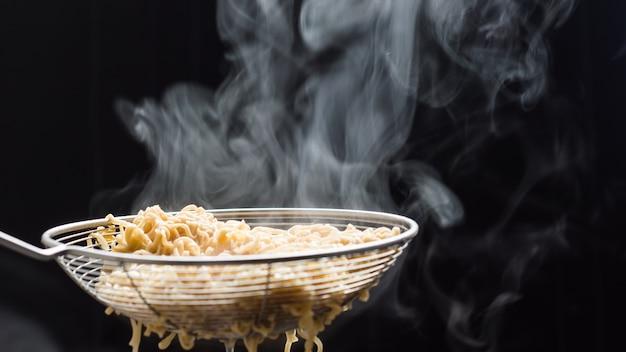 Noodles in un colino appena bollito dalla zuppa calda