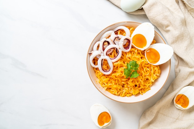 Noodles istantanei all'uovo salato con calamari o polpo