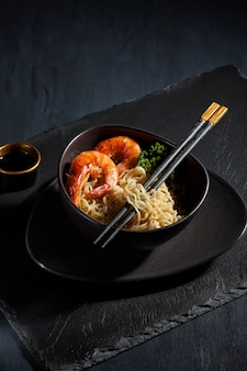 Noodles istantanei appena cucinati. cucina asiatica