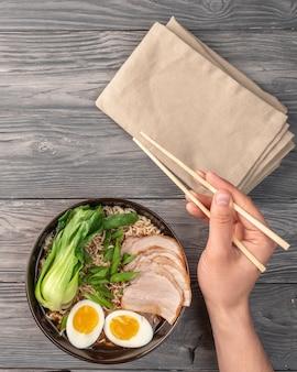 Noodles istantanei con uovo, maiale e brodo.