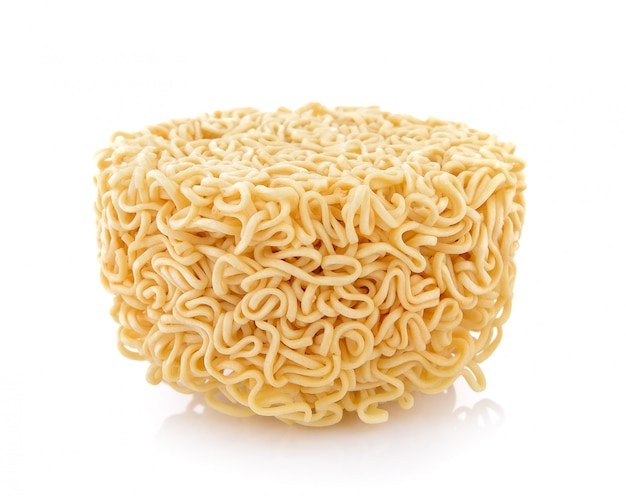 Noodles istantanei su sfondo bianco