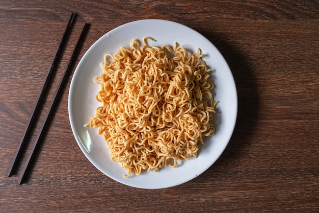 Noodles istantanei su un piatto sul tavolo