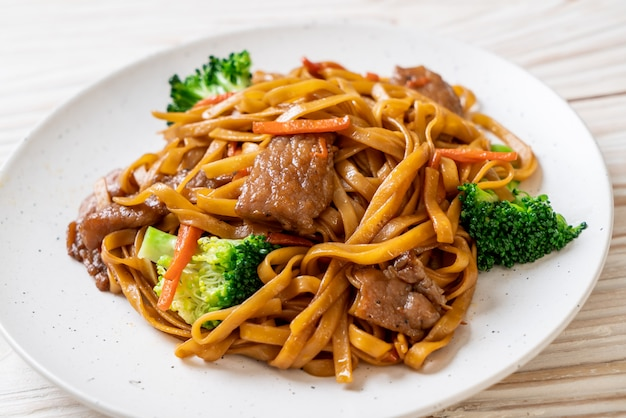 Noodles saltati in padella con carne di maiale e verdure