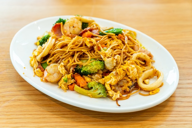 Noodles saltati in padella con frutti di mare e verdure