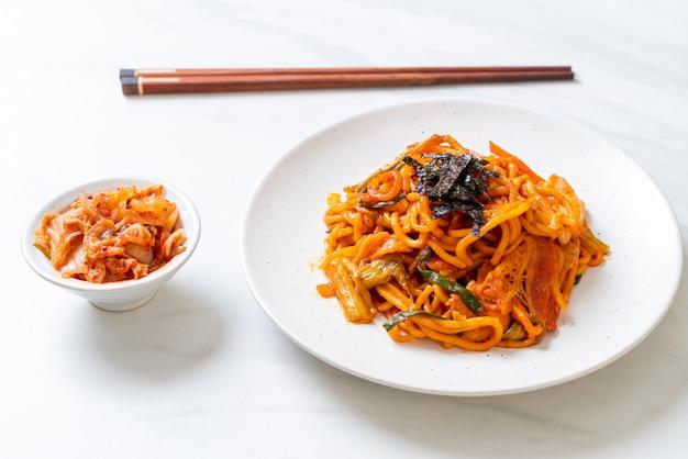 Noodles saltati in padella con salsa piccante e verdure coreane