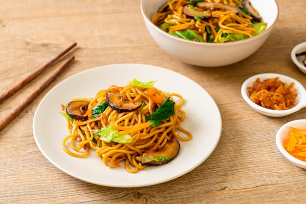 Noodles yakisoba saltati in padella con verdure in stile asiatico - cibo vegano e vegetariano