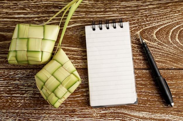 Nota del libro bianco con ketupat