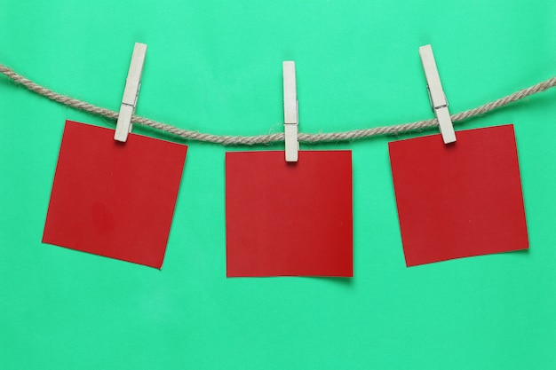 Nota di carta rossa appesa alla corda di canapa