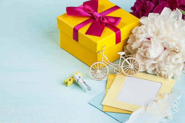 Nota vuota, confezione regalo gialla con fiocco