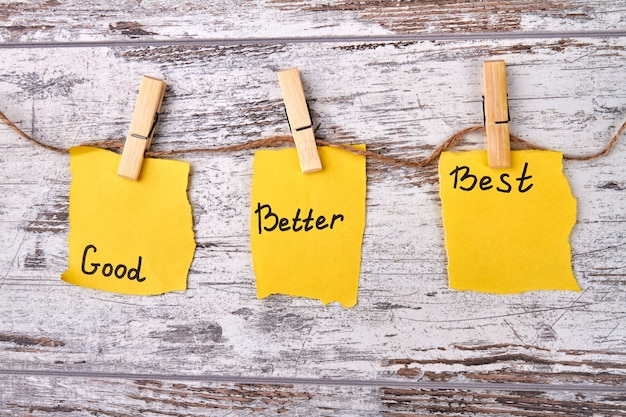 Note adesive gialle con carte buone, migliori e migliori strappate