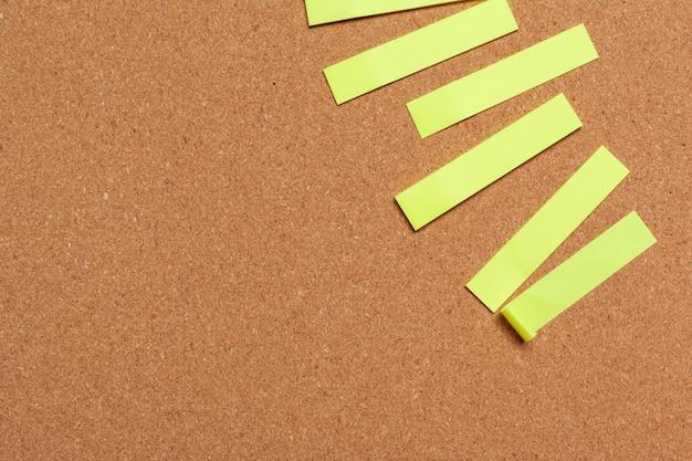 Note appiccicose con copia spazio sul bordo di sughero