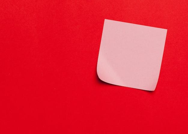 Note appiccicose di ricordo su fondo rosso