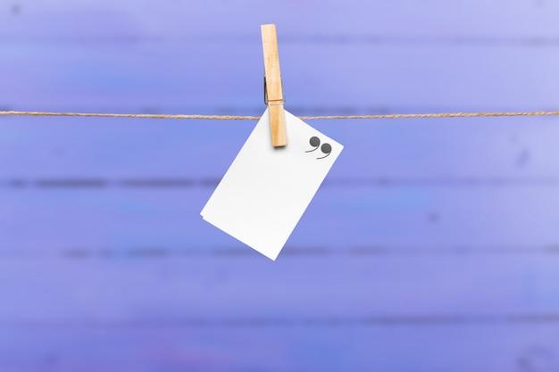 Note di carta bianca con spazio copia appuntato sulla corda