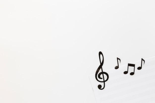 Note di musica piatta laici su sfondo bianco